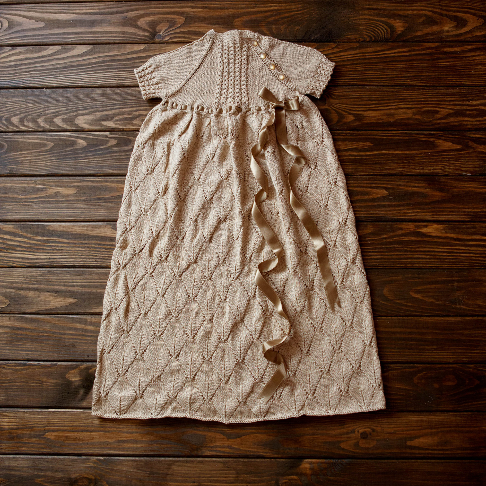 Dress with leaf-shaped pattern, a side buttoned top